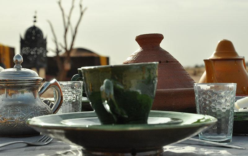 Mise en place petit déjeuner au Bivouac Nomade de Charme