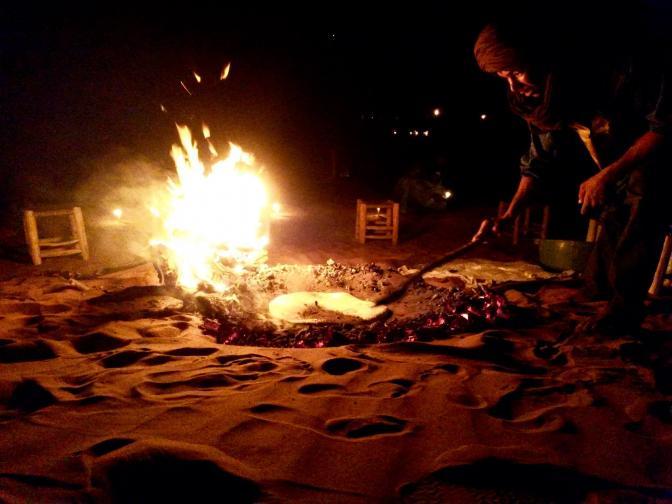 Cuisson du pain dans le sable
